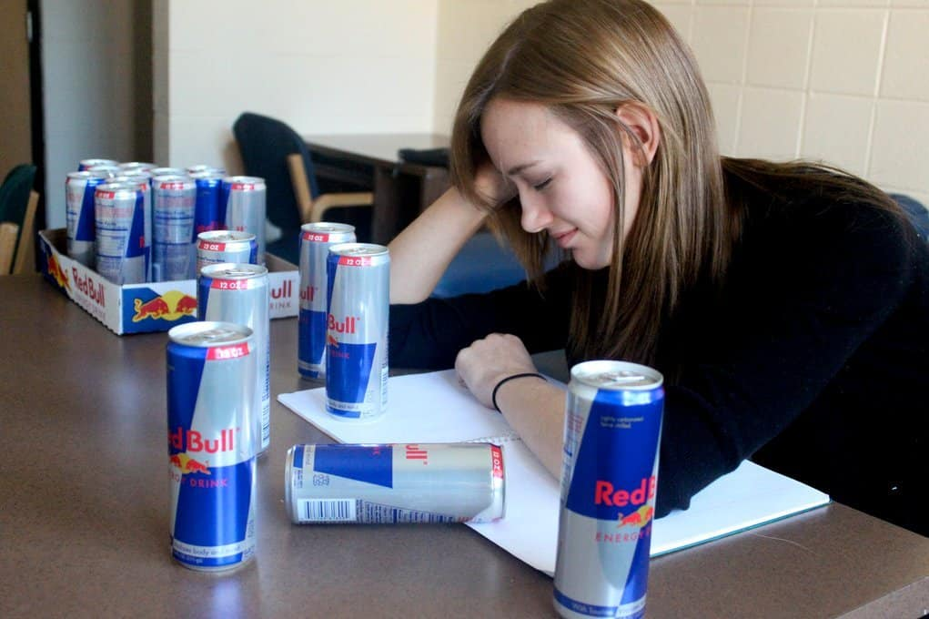 Estudiante rodeada de latas de Red Bull